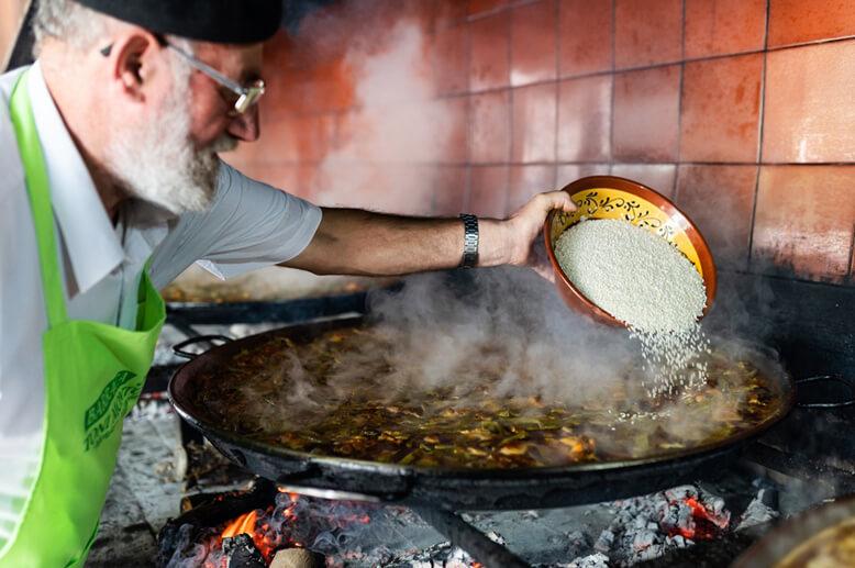 Paella auf Brennholz kochen