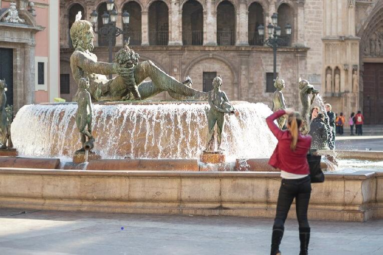 Tourist-taking-photo-of-Plaza-Virgen-VV-18939_1024_jpg